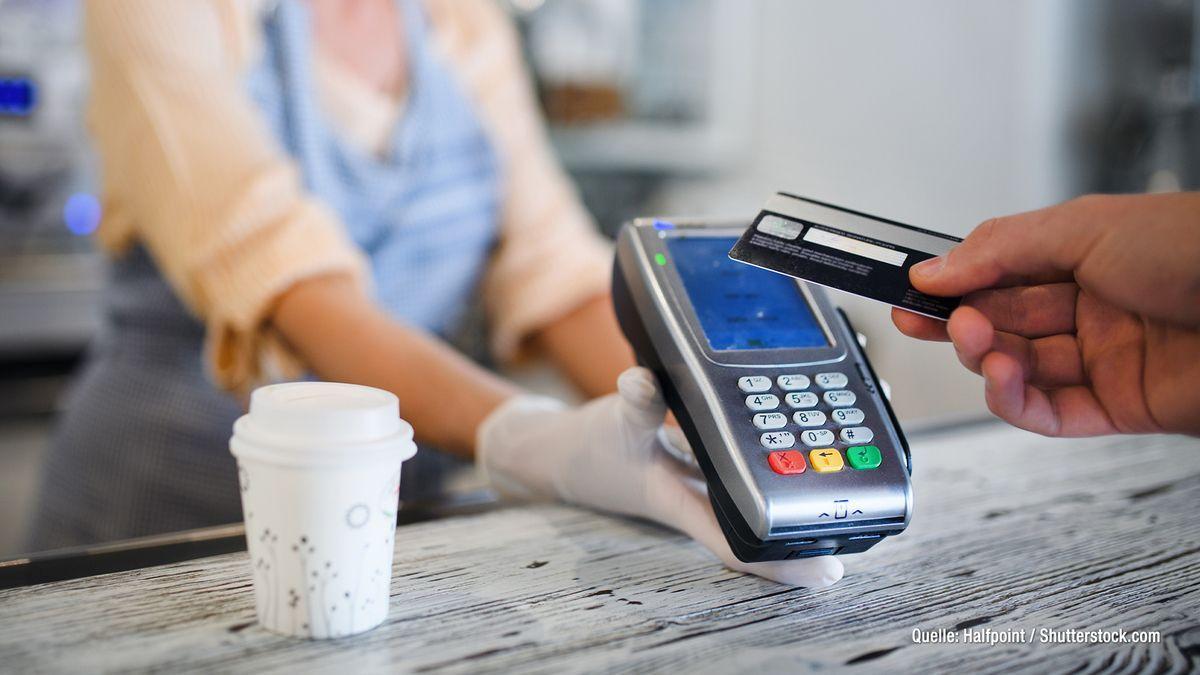 Bei Kartenzahlung: Vorsicht vor versteckten Gebühren