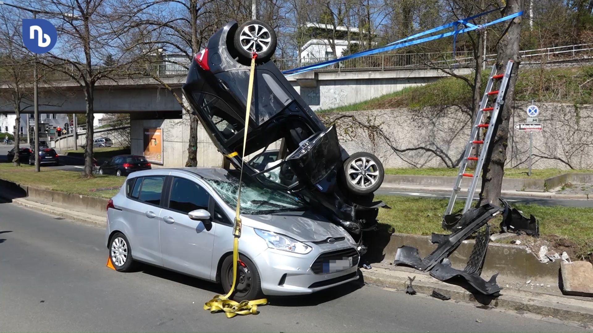 Spektakulärer Unfall in Nürnberg: Auto überschlägt sich