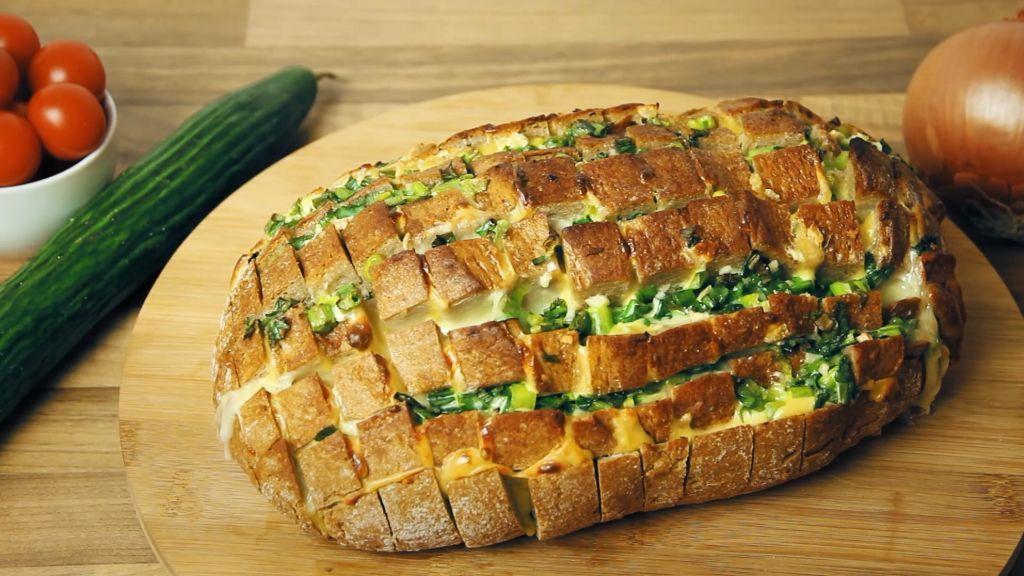 Leckeres Zupfbrot mit Käse und Knoblauchbutter – herrlich rustikal!