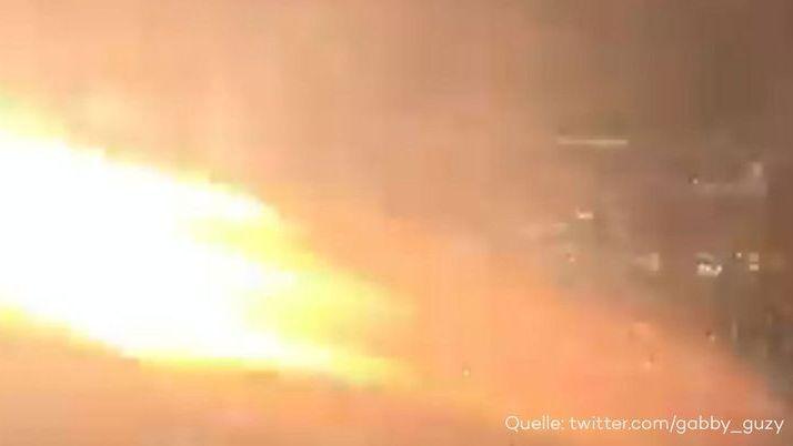 Horror-Flug: Passagier filmt, wie Boeing-Triebwerk Feuer spuckt