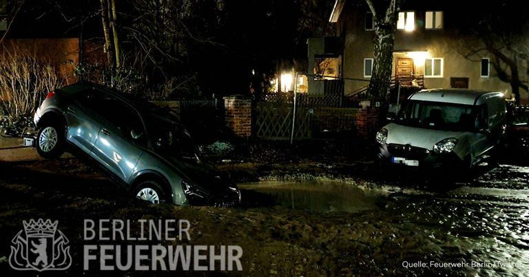Geplatztes Wasserrohr in Berlin: Auto bricht in metergroßen Krater ein
